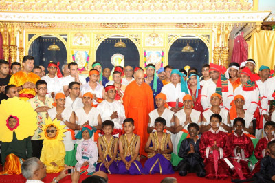 His Divine Holiness Acharya Swamishree blesses all disciples who took part in the evening's performance