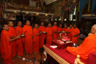 Sants perform aarti to Lord Shree Swaminarayanbapa Swamibapa and His Divine Holiness Acharya Swamishree