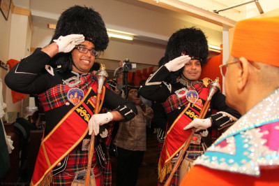 Shree Muktajeevan Pipe Band London performs a salutation to His Divine Holiness Acharya Swamishree