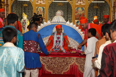 Young disciples present their gifts to Lord Shree Swaminarayanbapa Swamibapa and His Divine Holiness Acharya Swamishree