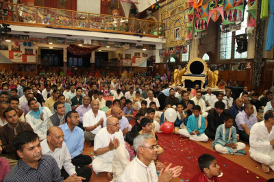 Hundreds of disciples fill Shree Swaminarayan Temple London to take part in the evening celebrations