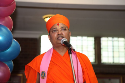 Sant Shiromani Shree Gurupriyadasji Swami guides us through the evening's programme