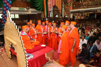 Sants perform aarti to His Divine Holiness Acharya Swamishree and Shree Harikrishna Maharaj