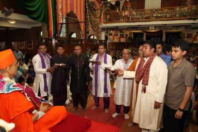 Disciples offer aarti to His Divine Holiness Acharya Swamishree and Shree Harikrishna Maharaj