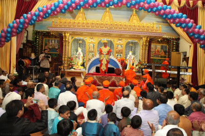 Divine darshan of His Divine Holiness Acharya Swamishree adorned in sandalwood 'vagha'