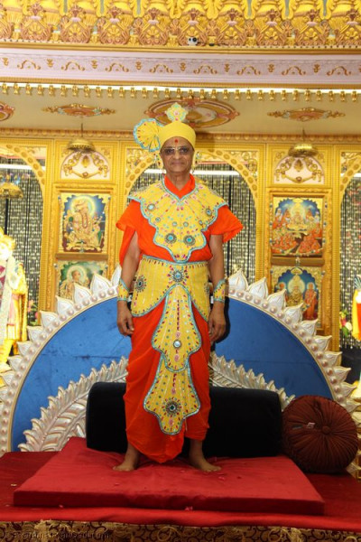 Divine darshan of His Divine Holiness Acharya Swamishree adorned in beautiful sandalwood 'vagha'