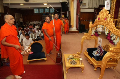 His Divine Holiness Acharya Swamishree performs aarti to Lord Shree Swaminarayanbapa Swamibapa and Shree Harikrishna Maharaj