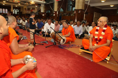 Sants and disciples sing traditional devotional songs accompanied by traditional and modern Indian instruments to please Lord Shree Swaminarayanabpa Swamibapa and His Divine Holiness Acharya Swamishree