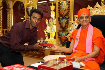 His Divine Holiness Acharya Swamishree presents prasad to the teachers of Swamibapa Gujarati Classes