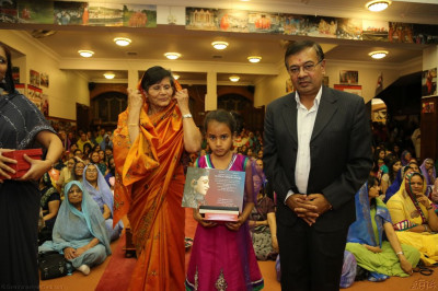 The top 3 students in each Swamibapa Gujarati class are presented with a Gujarati achievement certificate