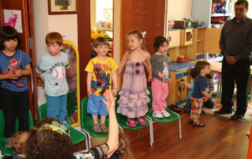 Acharya Swamishree Blesses Jewish Kindergarten Children