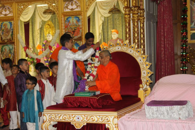 Young disciples present a beautiful garland to His Divine Holiness Acharya Swamishree