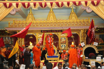 Acharya Swamishree gives darshan tot he congregation