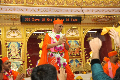 Acharya Swamishree dances as the congregation also joins in