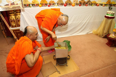 Acharya Swamishree re-enactments the scene when Jeevanpran Shree Muktajeevan Swamibapa prepared khichadi in a kerosene tin
