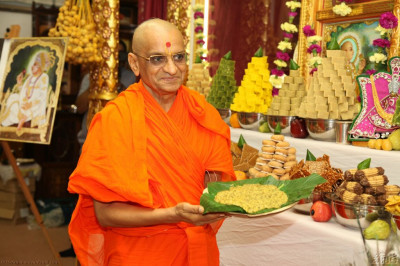 Acharya Swamishree offers khichadi to the Lord