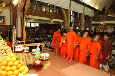 Acharya Swamishree and sants performs the annkut aarti