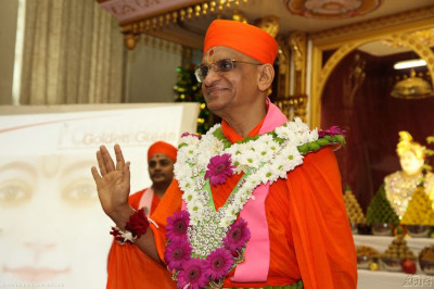 Acharya Swamishree showers His blessings to the Band