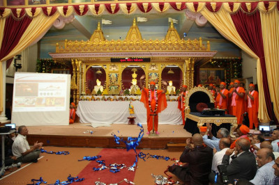 Acharya Swamishree showers His blessings