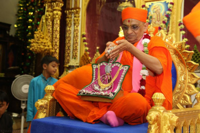 Acharya Swamishree showers Shree Harikrishna Maharaj with diamonds