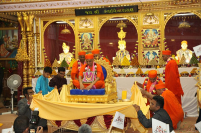 Acharya Swamishree is showered with diamonds