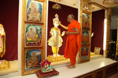His Divine Holiness Achayra Swamishree offers chandlo to Lord Shree Swaminarayan