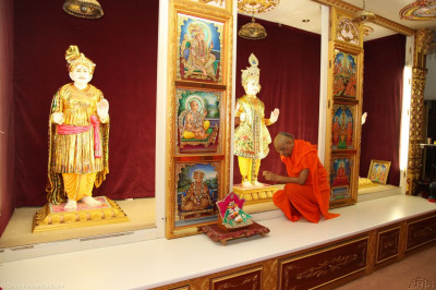 His Divine Holiness Achayra Swamishree offers chandlo to the divine lotus feet of Lord Shree Swaminarayan