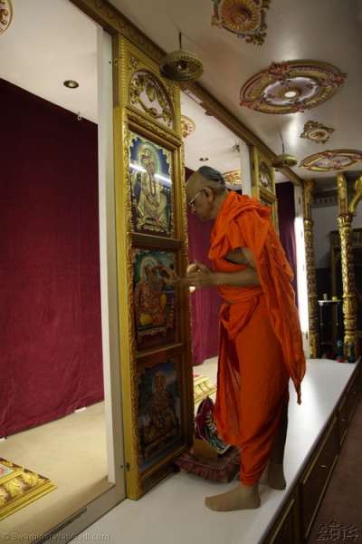 His Divine Holiness Achayra Swamishree offers chandlo to Lord Shree Swaminarayanbapa Swamibapa
