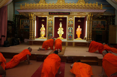 His Divine Holiness Acharya Swamishree and Sants bow to Lord Shree Swaminarayanbapa Swamibapa