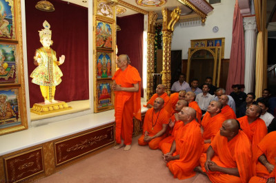 His Divine Holiness Acharya Swamishree recites a prayer together with Sants to Lord Shree Swaminarayanbapa Swamibapa thanking Him for the last 13 years of divine joy and happiness showered from this location in Golders Green