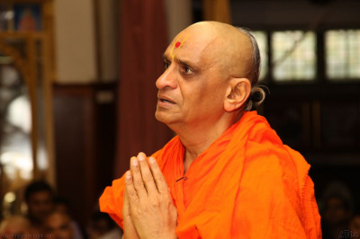 His Divine Holiness Acharya Swamishree recites a prayer to Lord Shree Swaminarayanbapa Swamibapa thanking Him for the last 13 years of divine joy and happiness showered from this location in Golders Green