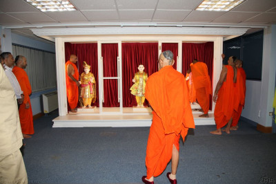 Lord Shree Swaminarayan, Jeevanpran Shree Abji Bapashree and Jeevanpran Shree Muktajeevan Swamibapa arrive at their temporary home at Shree Abji Bapashree House in Kingsbury