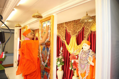 His Divine Holiness Acharya Swamishree offers chandlo to Lord Shree Swaminarayanbapa Swamibapa