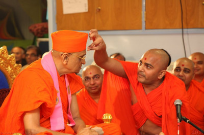 Sants recite ancient sloks and apply chandlo to His Divine Holiness Acharya Swamishree