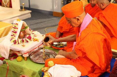 His Divine Holiness Acharya Swamishree bathes Shree Harikrishna Maharaj in the five nectars