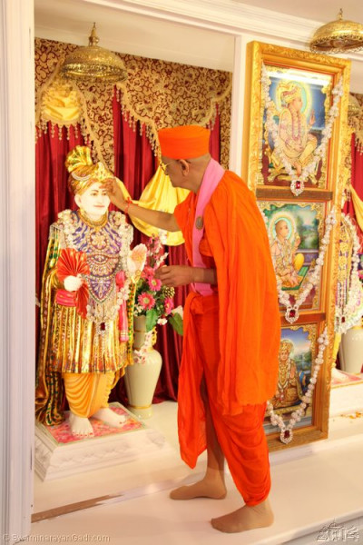 His Divine Holiness Acharya Swamishree applies chandlo to Jeevanpran Shree Abji Bapashree