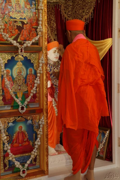 His Divine Holiness Acharya Swamishree applies chandlo to Jeevanpran Shree Muktajeevan Swamibapa