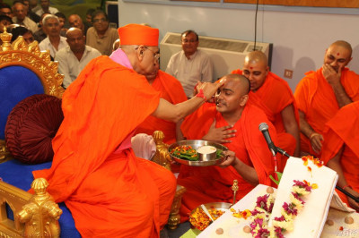 His Divine Holiness Acharya Swamishree presents chandlo to the Sant who conducted the mahapoojan ceremony