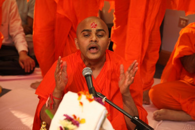Sant Shiromani Shee Sarvatmapriyadasji Swami conducts the mahapoojan ceremony