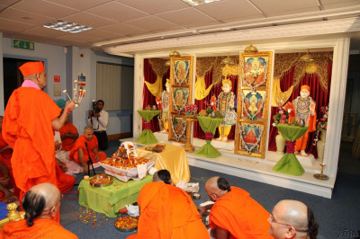 His Divine Holiness Acharya Swamishree performs arti as the mahapoojan ceremony concludes