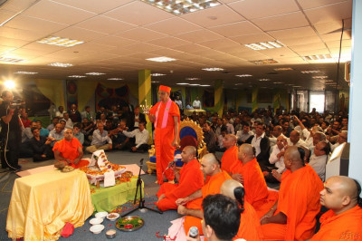 His Divine Holiness Acharya Swamishree, Sants and disciples all perform arti to Lord Shree Swaminarayanbapa Swamibapa as the mahapoojan ceremony concludes
