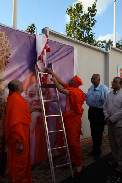 His Divine Holiness Acharya Swamishree prepares the new flag