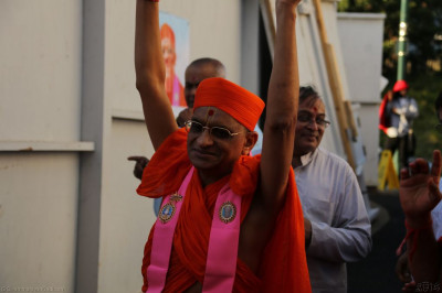 Divine darshan of Acharya Swamishree at the conclusion of the new flag ceremony