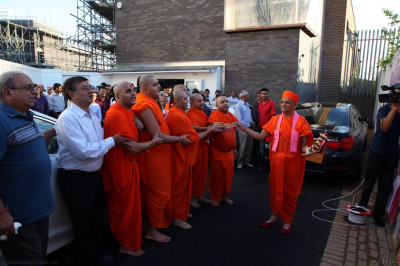 Acharya Swamishree, Sants and disciples perform arti to the new flag