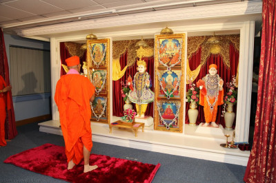 His Divine Holiness Acharya Swamishree performs the very first arti to Lord Shree Swaminarayanbapa Swamibapa