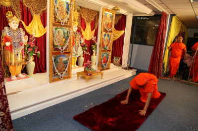 His Divine Holiness Acharya Swamishree bows to Lord Shree Swaminarayanbapa Swamibapa
