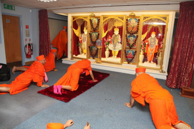 Acharya Swamishree and Sants bow to Lord Shree Swaminarayanbapa Swamibapa