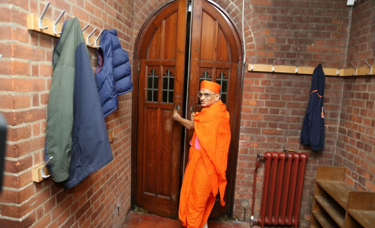 Acharya Swamishree Maharaj Departs from the UK