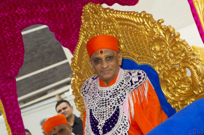 Divine darshan of His Divine Holiness Acharya Swamishree seated on the magnificent golden chariot