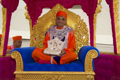 Divine darshan of His Divine Holiness Acharya Swamishree and Shree Harikrishna Maharaj seated on the magnificent golden chariot
